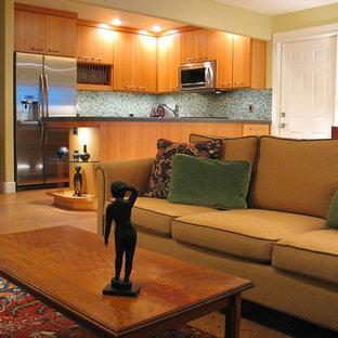 Diseño de sala de estar con biblioteca abierta, contemporánea, pequeña, sin chimenea, con paredes amarillas, suelo de corcho y televisor colgado en la pared