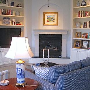 オーランドの中サイズのトラディショナルスタイルのおしゃれなファミリールーム (青い壁、コーナー設置型暖炉、埋込式メディアウォール、漆喰の暖炉まわり) の写真