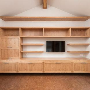 Kleine, Abgetrennte Moderne Bibliothek ohne Kamin mit weißer Wandfarbe, Korkboden, Wand-TV und braunem Boden in San Francisco