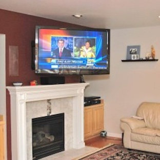 Ispirazione per un soggiorno con pareti rosse, camino lineare Ribbon e TV a parete