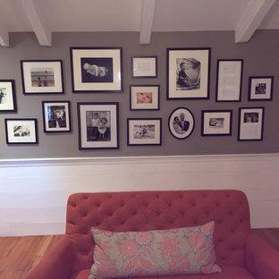 ボストンのトラディショナルスタイルのおしゃれな独立型ファミリールーム (グレーの壁、無垢フローリング、壁掛け型テレビ) の写真