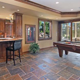 Ispirazione per un soggiorno classico con sala giochi, pavimento multicolore e pavimento in ardesia