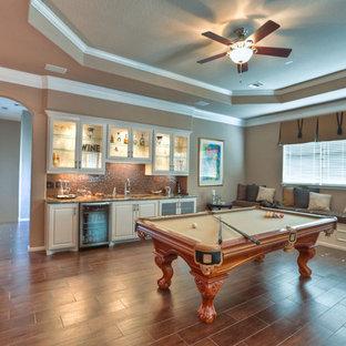 Foto di un grande soggiorno chic stile loft con sala giochi, pareti beige e pavimento con piastrelle in ceramica