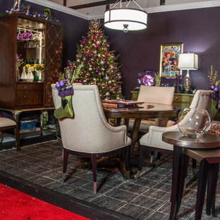 Imagen de sala de juegos en casa tradicional renovada, pequeña, sin televisor, con paredes púrpuras
