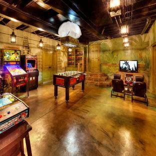 Exemple d'une salle de séjour exotique avec béton au sol, aucune cheminée, un mur multicolore et un sol marron.