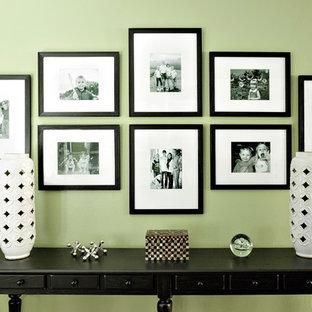 Immagine di un grande soggiorno tradizionale chiuso con sala giochi e pareti verdi