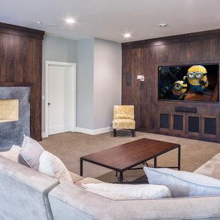 シカゴの広いラスティックスタイルのおしゃれな独立型ファミリールーム (マルチカラーの壁、カーペット敷き、標準型暖炉、コンクリートの暖炉まわり、埋込式メディアウォール、茶色い床) の写真