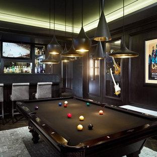 Bild på ett funkis allrum, med en hemmabar, svarta väggar och en väggmonterad TV