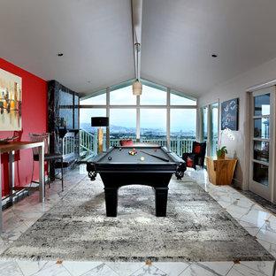 Idee per un grande soggiorno minimal chiuso con sala giochi, pareti rosse, pavimento in marmo, camino classico, cornice del camino in pietra e nessuna TV