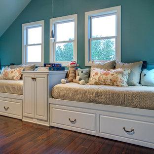 Ispirazione per un grande soggiorno design aperto con sala giochi, pavimento in legno massello medio, nessun camino e pareti blu