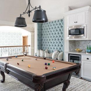 Ispirazione per un soggiorno tradizionale di medie dimensioni e stile loft con sala giochi, pareti bianche, pavimento in legno massello medio, nessuna TV e pavimento marrone