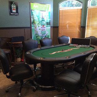 Inspiration pour une grande salle de séjour design ouverte avec salle de jeu, un téléviseur fixé au mur, un mur vert et moquette.