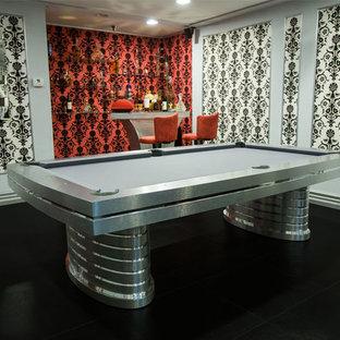 Ejemplo de sala de juegos en casa abierta, contemporánea, grande, sin chimenea, con televisor colgado en la pared, paredes blancas, suelo de linóleo y suelo negro
