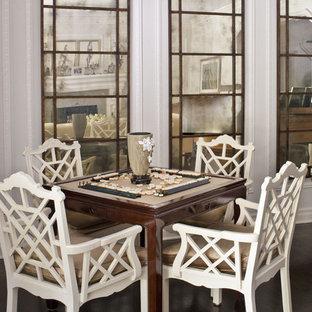 Idee per un soggiorno chic di medie dimensioni con sala giochi, pareti grigie, parquet scuro e pavimento marrone
