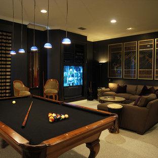 シーダーラピッズの広いモダンスタイルのおしゃれな独立型ファミリールーム (ゲームルーム、青い壁、カーペット敷き、埋込式メディアウォール、暖炉なし、ベージュの床) の写真