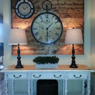 Modelo de sala de estar cerrada, tradicional, pequeña, con paredes beige, suelo de madera en tonos medios, chimenea tradicional, marco de chimenea de ladrillo y televisor colgado en la pared