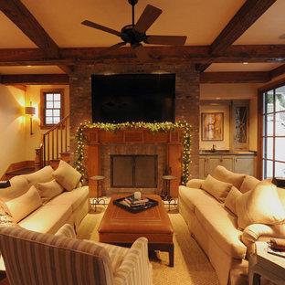 ニューオリンズの大きいラスティックスタイルのおしゃれなファミリールーム (ホームバー、濃色無垢フローリング、標準型暖炉、レンガの暖炉まわり、壁掛け型テレビ、白い壁) の写真