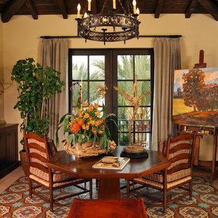 Foto de sala de estar mediterránea, sin televisor, con paredes beige