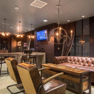 Ispirazione per un ampio soggiorno industriale aperto con pareti marroni, TV a parete, pavimento in cemento, angolo bar e pavimento grigio