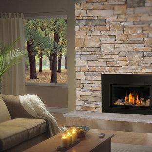 デンバーの中サイズのトラディショナルスタイルのおしゃれな独立型ファミリールーム (ベージュの壁、無垢フローリング、標準型暖炉、石材の暖炉まわり、テレビなし) の写真