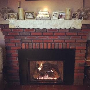 フィラデルフィアのカントリー風おしゃれなファミリールーム (赤い壁、テラコッタタイルの床、標準型暖炉、レンガの暖炉まわり) の写真