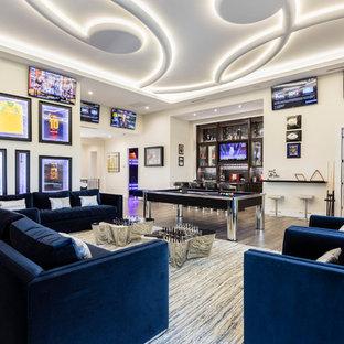 Idée de décoration pour une salle de séjour design ouverte avec salle de jeu, un mur beige, un téléviseur fixé au mur et un sol marron.