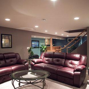Immagine di un soggiorno mediterraneo di medie dimensioni e aperto con pareti viola, moquette, camino classico, cornice del camino piastrellata e parete attrezzata