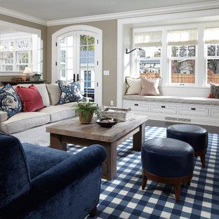 ミネアポリスのトラディショナルスタイルのおしゃれなファミリールーム (ベージュの壁、濃色無垢フローリング、標準型暖炉、茶色い床) の写真