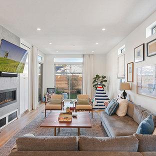 Offenes Modernes Wohnzimmer mit weißer Wandfarbe, hellem Holzboden, verputztem Kaminsims, braunem Boden, Gaskamin und Wand-TV in Los Angeles