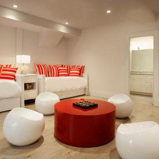 Свежая идея для дизайна: изолированный комната для игр в морском стиле с бежевыми стенами и светлым паркетным полом - отличное фото интерьера