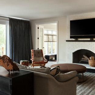 フィラデルフィアの巨大なトランジショナルスタイルのおしゃれな独立型ファミリールーム (ベージュの壁、カーペット敷き、標準型暖炉、レンガの暖炉まわり、壁掛け型テレビ) の写真