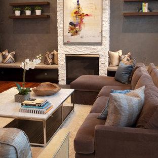 ボルチモアの中くらいのコンテンポラリースタイルのおしゃれなオープンリビング (石材の暖炉まわり、標準型暖炉、テレビなし、グレーの壁) の写真