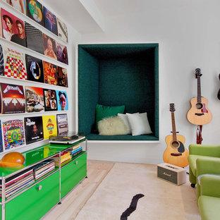 Bild på ett funkis allrum, med ett musikrum, vita väggar, ljust trägolv och beiget golv