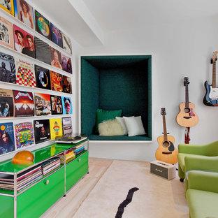 Idéer för ett mellanstort modernt allrum med öppen planlösning, med ett musikrum, vita väggar, ljust trägolv och beiget golv