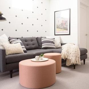Foto de sala de estar abierta, moderna, pequeña, con paredes blancas, moqueta, televisor colgado en la pared y suelo gris