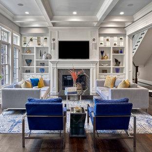 Idee per un soggiorno classico di medie dimensioni e aperto con pareti grigie, pavimento in legno massello medio, cornice del camino in pietra, TV a parete, pavimento marrone e soffitto a cassettoni