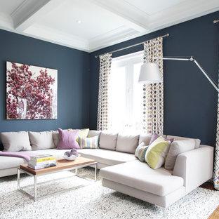 トロントの大きいコンテンポラリースタイルのおしゃれな独立型ファミリールーム (青い壁、無垢フローリング、暖炉なし、壁掛け型テレビ) の写真