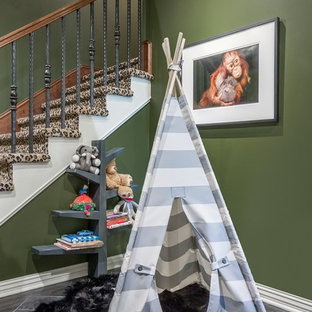 Idee per un ampio soggiorno moderno aperto con pareti verdi, pavimento in travertino, camino classico, cornice del camino in mattoni, sala giochi e TV autoportante