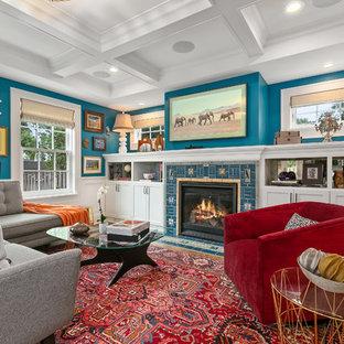 ミネアポリスの中サイズのエクレクティックスタイルのおしゃれなファミリールーム (青い壁、標準型暖炉、タイルの暖炉まわり、壁掛け型テレビ、ライブラリー、無垢フローリング) の写真