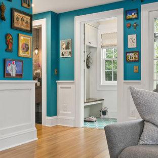 Idee per un soggiorno bohémian di medie dimensioni e aperto con pareti blu, parquet chiaro, camino classico, cornice del camino piastrellata, TV a parete e pavimento giallo