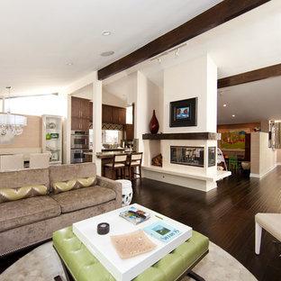 ロサンゼルスのコンテンポラリースタイルのおしゃれなファミリールーム (白い壁、濃色無垢フローリング、両方向型暖炉) の写真