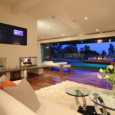 Modern Family Room by Globus Builder