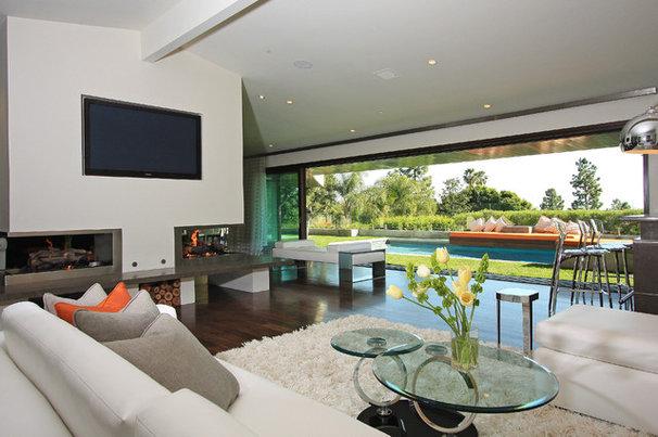 Modern Family Room by Globus Builder