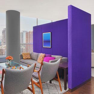 Immagine di un soggiorno minimal di medie dimensioni e aperto con libreria, pareti bianche, parquet scuro e TV nascosta