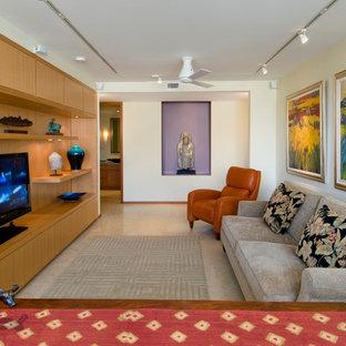 Immagine di un soggiorno minimal di medie dimensioni e chiuso con pareti beige, TV a parete e pavimento in travertino