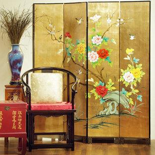 Cette image montre une salle de séjour asiatique avec un mur beige, un sol en bois brun, aucune cheminée et aucun téléviseur.