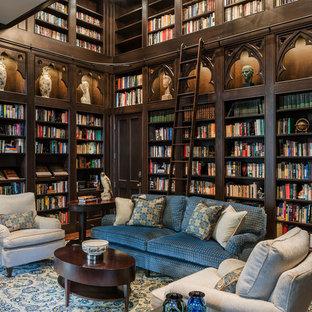 Esempio di un grande soggiorno classico con libreria, pareti marroni, parquet scuro e pavimento marrone