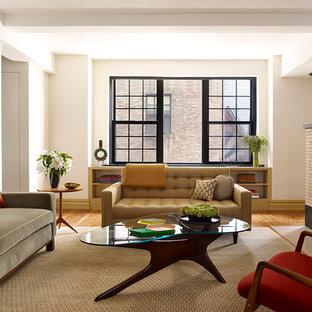 ニューヨークの中くらいのコンテンポラリースタイルのおしゃれな独立型ファミリールーム (白い壁、無垢フローリング、標準型暖炉、壁掛け型テレビ) の写真