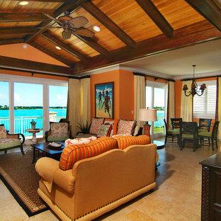Ejemplo de sala de estar abierta, tropical, con parades naranjas