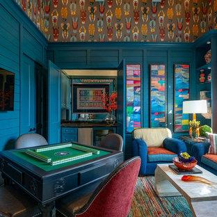 ヒューストンのトランジショナルスタイルのおしゃれな独立型ファミリールーム (ホームバー、青い壁、マルチカラーの床) の写真